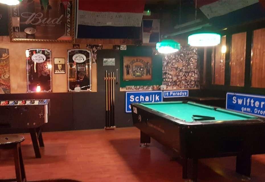 Tavolo da biliardo all'interno dello Shooters
